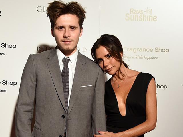 Dù mới 19 tuổi nhưng Brooklyn Beckham trông như ông già khi đứng cạnh mẹ