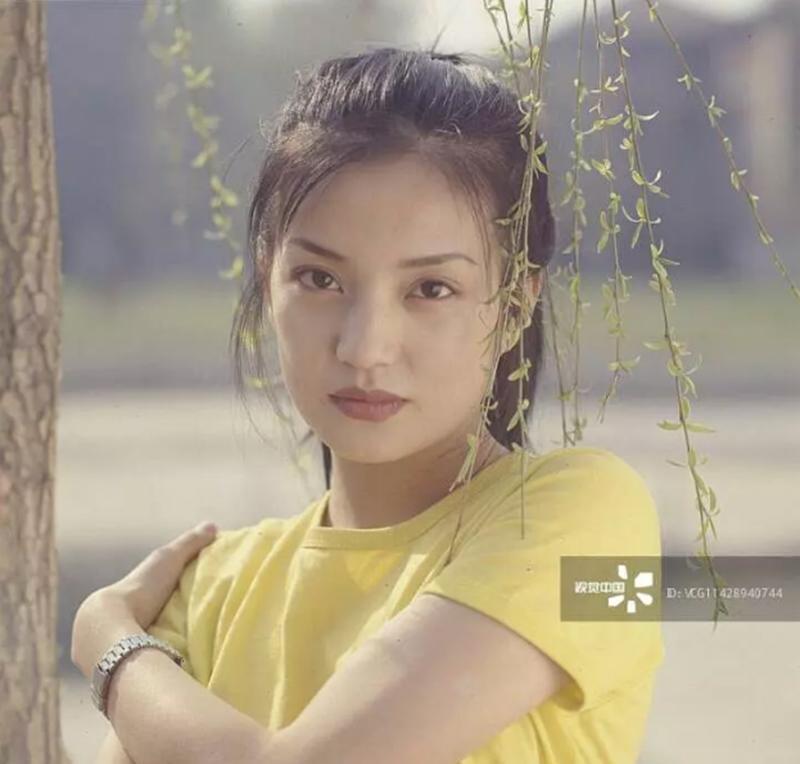 Và có thể thấy, ngay từ khi còn là một cô gái mới chập chững vào nghề, thần thái thể hiện trên gương mặt của Triệu Vy đã khiến nhiều người không khỏi ngưỡng mộ. Gương mặt của người đẹp luôntoát lên vẻ tự tin và tràn đầy sức sống.