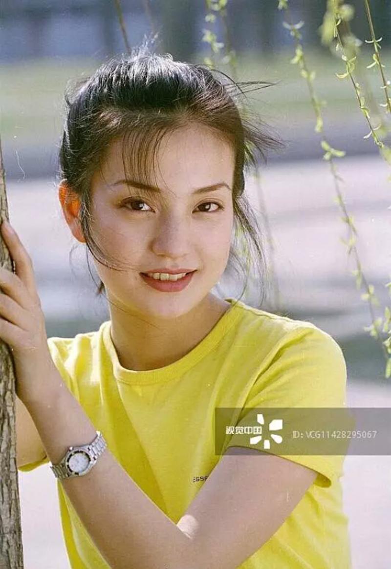 Không phải khuôn mặt V-line quen thuộc, Triệu Vy tuổi 20 sở hữu khuônmặtbầu bĩnh cực kì xinh đẹp và tự nhiên, mang đậm nhữngnét đặc trưng không thể lẫn đi đâu củangười châu Á.