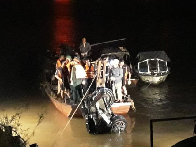 Tìm thấy thi thể 1 nam 1 nữ cùng chiếc ô tô lao từ cầu Chương Dương xuống sông Hồng