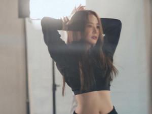 """""""Thư ký Kim"""" khoe vòng eo phẳng lỳ, nhảy chuyên nghiệp chẳng kém idol Kpop"""