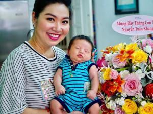 Lộ diện hình ảnh cận mặt con trai kháu khỉnh của Lê Khánh vừa tròn 1 tháng tuổi