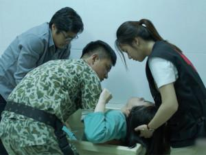 Chạm trực tiếp vào bệnh nhân truyền nhiễm, bác sĩ Hậu Duệ Mặt Trời Việt chưa... tốt nghiệp trường y?