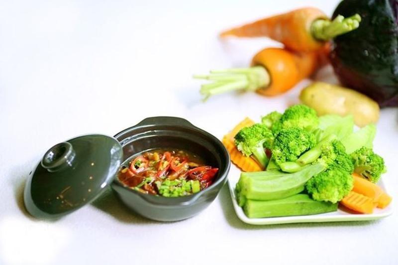 Có nhiều loại rau củ không thể để qua đêm. Nếu vì tiếc màbạn ăn lại chúng,hàm lượng nitrate có sẵn trong rau qua đêmsẽ biến thành nitrite - một chất gây ung thư cực kỳ có hại cho bạn.