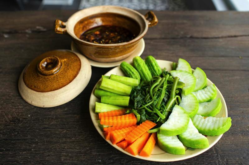 2. Thêm chanh giấm hoặc giấm:Với một số loại rau, củ như súp lơ, cà rốt… để giữ nguyên màu của chúng sau khi luộc, bạn có thể cho vài giọt nước chanh hoặc giấm vào trong nồi nước luộc.