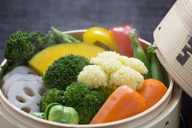 Nhiều người nghĩ rằng chần rau rồi mới luộc sẽ giúp rau sạch hơn nhưng thực tế cách này làm rau mất xanh lại mất thêm cả lượng lớn vitamin khi chần.
