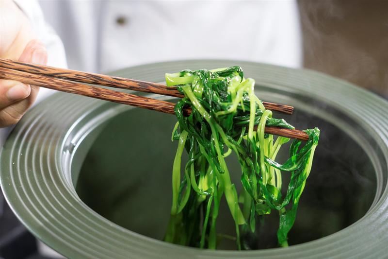 Vì không tiện đi chợ, nhiều người đã phải mua nhiều rau để trữ ngăn mát tủ lạnh ăn cả tuần, thậm chí còn đểu lâu hơn. Tuy nhiên cách này làm cho rau mất đi nhiều dưỡng chất trong quá trình bảo quản.