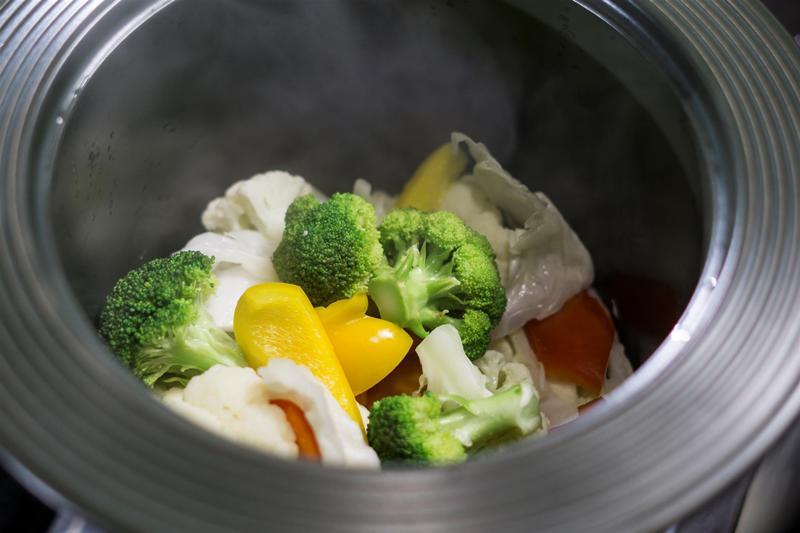 Cách tốt nhất là hãy ngâm rau trong chậu nước lớn khoảng 10 phút trước khi rửa. Dùng nước vo gạo để ngâm càng tốt. Điều này giúp làm sạch bớt một phần hóa chất nhiễm trong rau.