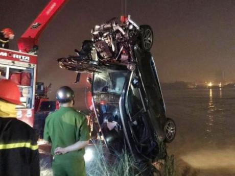 Vụ xe Mercedes rơi xuống sông: Bất ngờ về người có CMND trong xe