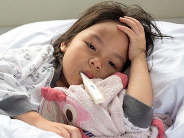 Sốt ruột khi con bị sốt xuất huyết, nhiều phụ huynh mắc phải những sai lầm sau