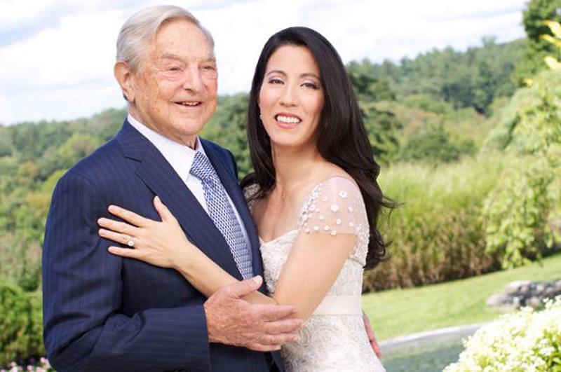 """1. Tỷ phú 83 với """"chân dài"""" 42  Doanh nhân người Mỹ George Soros là một trong những nhà đầu tư tài chính nổi tiếng nhất thế giới. Sự nghiệp quá thành công nhưng cuộc sống hôn nhân của ông lại không thuận lợi như thế."""