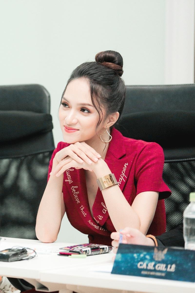 Hoa hậu Hương Giang vừa xuất hiện nổi bật với thần thái cực sang chảnh tại một sự kiện show thực tế mới.