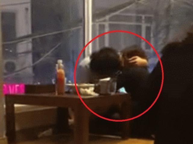 Cặp đôi thản nhiên ân ái, coi quán ăn như chốn phòng the khiến cư dân mạng bức xúc