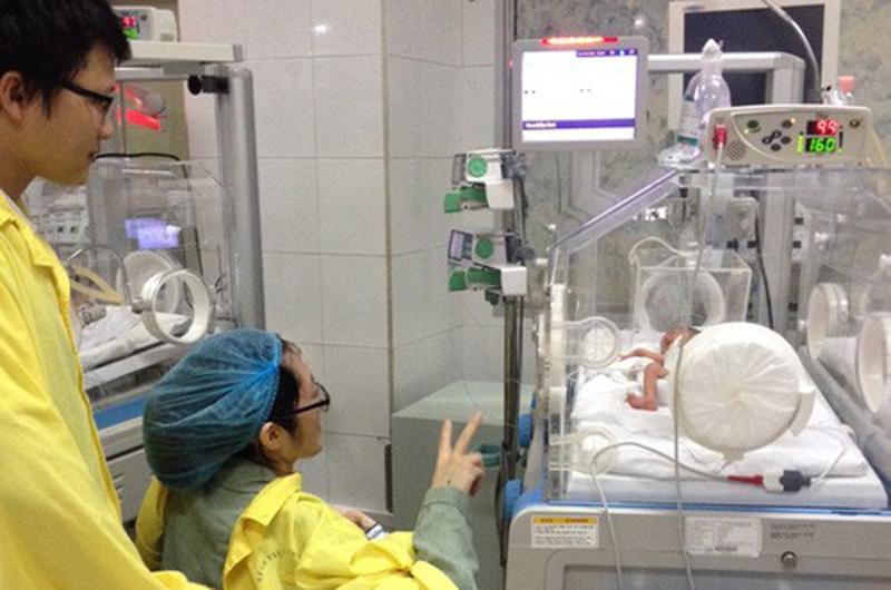 Hơn 2 năm trước, khi mang thai được 19 tuần, chị Đậu Thị Huyền Trâm (SN 1991, một cán bộ phòng Tham mưu, Công an tỉnh Hà Tĩnh) nhận được chẩn đoán mắc ung thư phổi giai đoạn cuối. Trước đó, từ tuần thai thứ 11 quanh cổ chị đã nổi nhiều nốt hạch lớn.