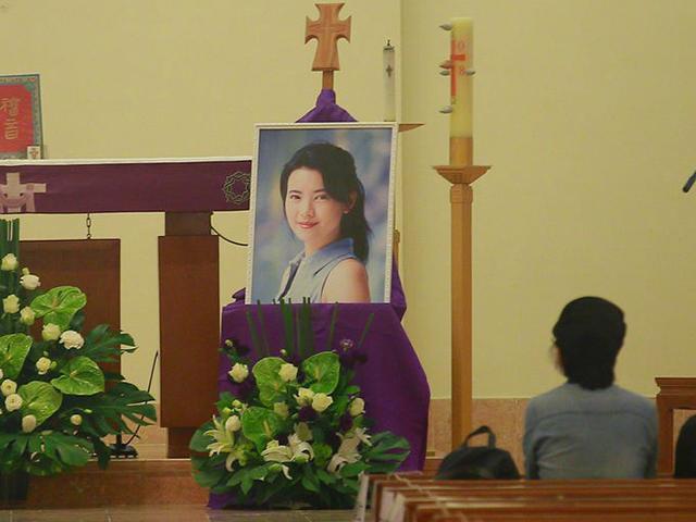 Đám tang biểu tượng nhan sắc: Di ảnh nụ cười Lam Khiết Anh ám ảnh người ở lại