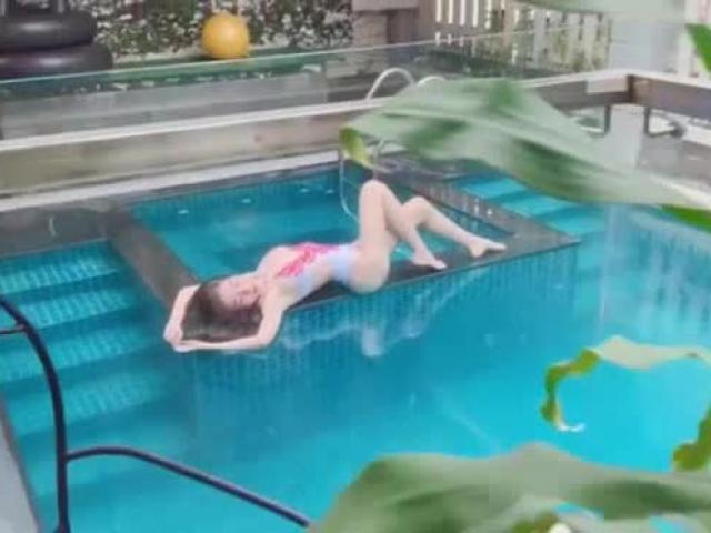 2 lần qua sinh nở, Elly Trần khoe đường cong đẹp khó tin bên bể bơi