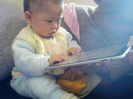 Bé 2 tuổi cận 500 độ vì ipad: 5 món ngon lại giúp mắt con không bao giờ cận