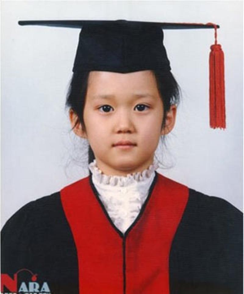 Chưa bàn đến vẻ ngoài của Jang Nara ở tuổi trưởng thành, ngay từ khi còn bé, 'quý cô trẻ mãi không già' này đã là một mỹ nhân. Jang Nara khi còn là học sinh cắp sách đến trường.