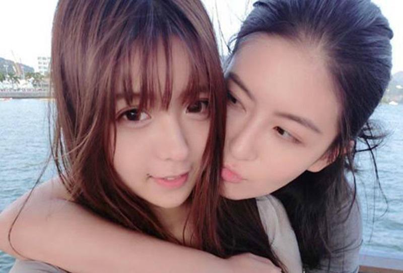 """Cặp đôi gây """"sóng gió"""" trên mạng Weibo của Trung Quốc là Yaulaam và Tiểu Nãi Bình Nhi. Cả hai đều là những cô gái có ngoại hình nổi bật nhưng lại yêu nhau. Điều đó khiến không ít chàng trai Trung Quốc phải tiếc nuối."""