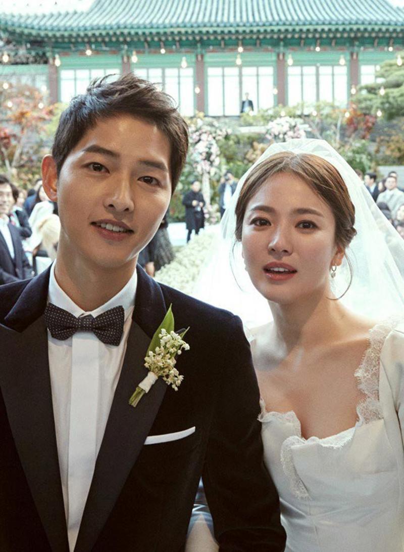 """Ngày 31/10, Song Hye Kyo từ nữ thần màn ảnh Cbiz trở thành vợ của """"soái ca quân nhân"""" Song Joong Ki trong sự chúc phúc của người hâm mộ toàn Châu Á."""