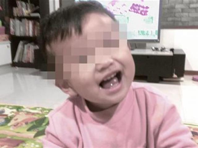 Bé trai 2 tuổi nặng 6kg bị bỏ đói đến chết, mẹ đẻ thản nhiên đi chơi cùng bạn trai