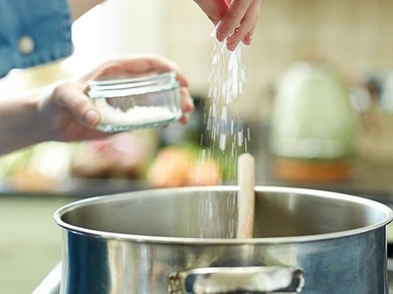 Trẻ em dưới 1 tuổi tuyệt đối không cho mắm muối vào thức ăn vì chức năng thận của trẻ còn non yếu, chỉ đào thải được 1 gam muối/ngày. Ngoài ra, cũng không nên cho đường vào bữa ăn dặm vì có thể dẫn tới béo phì.