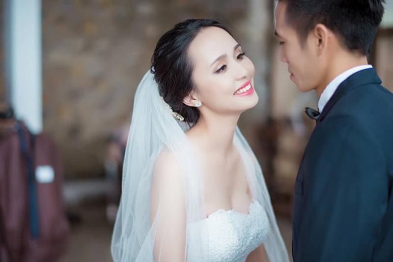 """Huyền Mi - vợ của cầu thủ Văn Quyết là một trong 3 bà vợ xinh đẹp hơn Hoa hậu của các chàng trai """"quần đùi áo số"""" đội tuyển Việt Nam."""