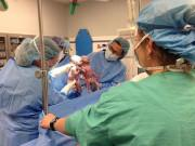 Từng khiến bác sĩ bật khóc khi nắm tay nhau chào đời, bây giờ khó ai nhận ra 2 bé