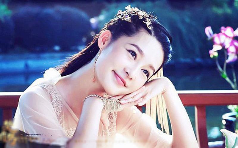 Năm 1225, dưới sự dàn xếp của Thái sư Trần Thủ Độ, Trần Cảnh lấy Lý Chiêu Hoàng và đượccông chúa nhà Lý trao cho cả thiên hạ.Lý Chiêu Hoàng được phongthànhChiêu Thánh hoàng hậu.