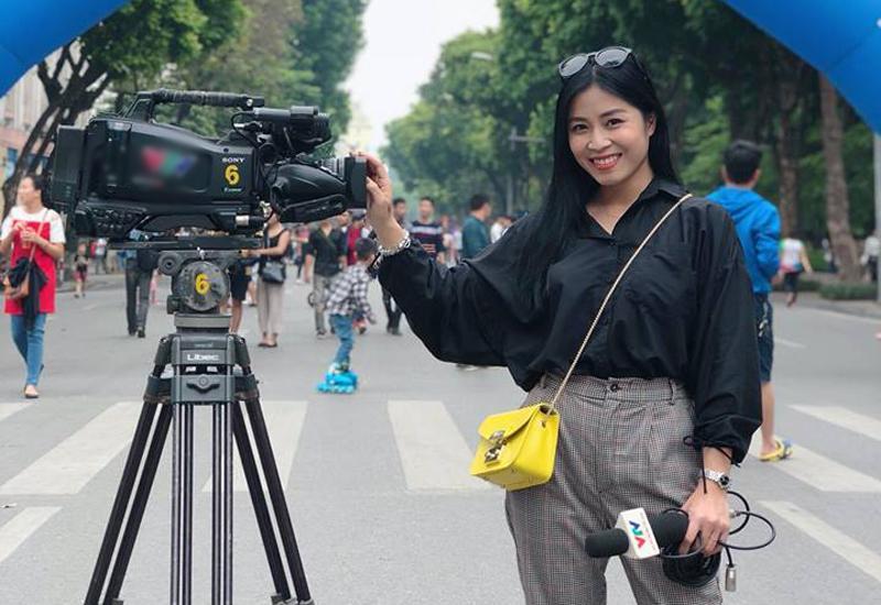 Khán giả xem truyền hình không còn xa lạ vớicái tên Nguyễn Hoàng Linh - MC xinh đẹp của chương trìnhChúng tôi là chiến sĩ.