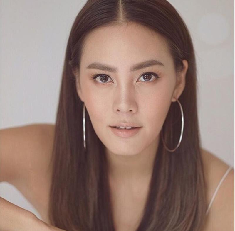 Janie Tienphosuwan sinh năm 1981 tại Los Angeles, California. Sau khi bố mẹ ly hôn, người đẹp cùng mẹ và em gái trở về Thái Lan. Vẻ đẹp lai quyến rũ của Janie Tienphosuwan khiến cô nhanh chóng lọt vào mắt xanh của nhiều đạo diễn.