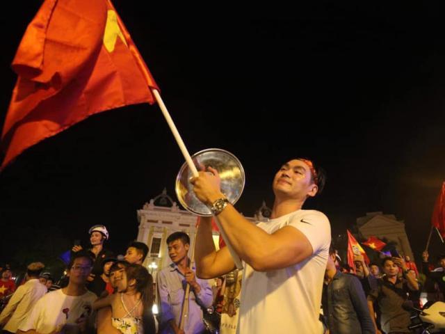 Việt Nam thắng Malaysia 2-0, CĐV đổ ra đường đi bão, cờ đỏ sao vàng nhuộm phố phường