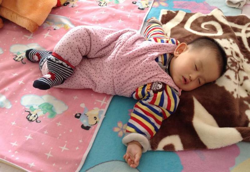 Bố mẹ thường ngạc nhiên, đôi khi lo lắng vì con có những tư thế ngủ rất kỳ lạ, dù có cố uốn thế nào, một lúc sau bé cũng sẽ ngủ lại kiểu đó.
