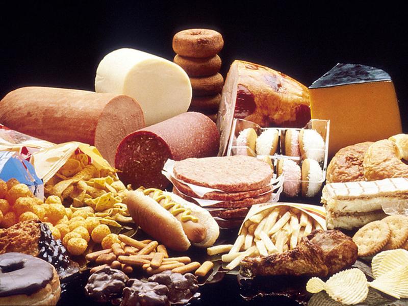 Ăn quá nhiều thực phẩm giàu chất béo sẽ gây kích thích co thắt đường tiêu hóa, làm chậm quá trình tiêu hóa và di chuyển thức ăn trong dạ dày, từ đó làm tăng táo bón.