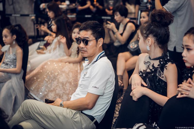 """Mới đây, cựu danh thủ Nguyễn Hồng Sơn khiến nhiều người bất ngờ khi nhận ra anh ở ghế khán giả một chương trình thời trang """"nhí""""."""