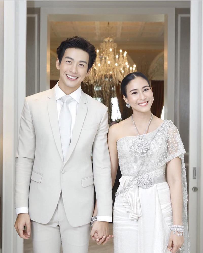 Hôm qua (ngày 16/11), đám cưới của cặp đôi quyền lực nhất làng giải trí Thái Lan Push Puttichai và Jooy Warutaya Nilakhuha đã chính thức được tổ chức. Đây là đám cưới hoành tráng và sang trọng.
