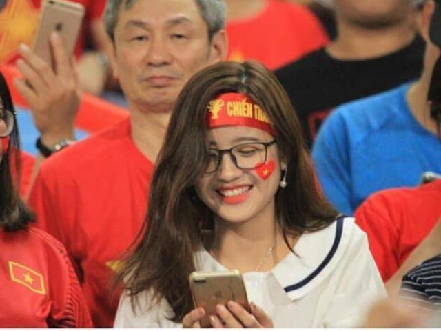 Xuất hiện trên khán đài trận Việt Nam - Malaysia, cô gái trẻ bỗng bị tấn công nổi như cồn