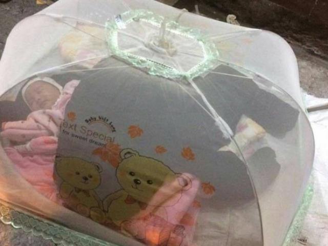 Thực hư bức ảnh cháu bé 1 tháng ngủ vỉa hè để mẹ đi nhặt rác kiếm tiền mua sữa?