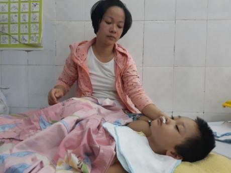 Bé gái 5 tuổi không ngủ suốt 2 tháng, nằm bất động sau cái run chân tưởng chừng vô hại