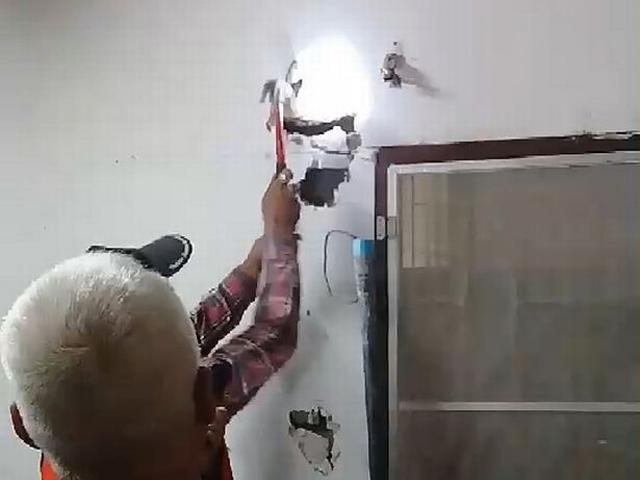 Nghe tiếng rít ghê rợn bên trong tường, chủ nhà phá ra mới phát hiện điều khủng khiếp