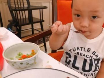 Con mới 2 tuổi Ly Kute đã cho ăn món sống, phản ứng của cậu bé khiến cô sợ luôn