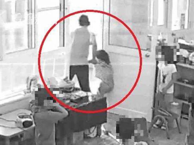 Thấy con gái 5 tuổi bị bỏng nặng, bố mẹ chết đứng khi kiểm tra camera trường mẫu giáo