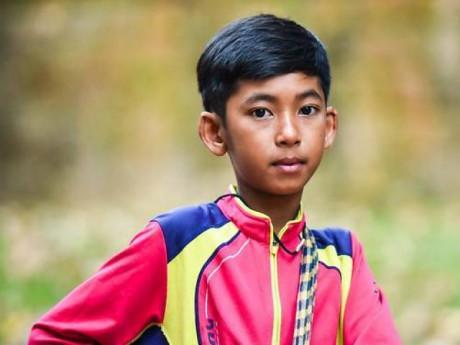 Cùng đếm xem cậu bé bán rong Campuchia 'gây bão' mạng nói được bao nhiêu thứ tiếng nhé
