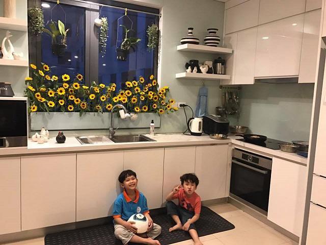 Vườn hoa độc đáo trên cửa sổ nhà bếp của bà mẹ khéo tay Hà Thành