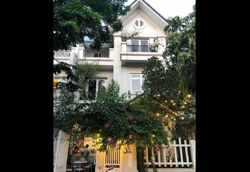 Sau gần 20 năm ca hát, Quang Hà hiện đã dành dụm và tậu cho mình 12 căn nhà và một biệt thự tiền tỷtại Hà Nội
