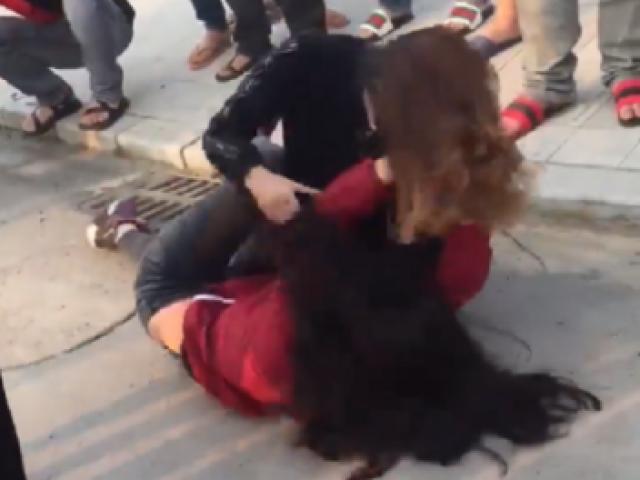 Hy hữu: Cô gái lao vào đánh ghen kịch liệt khi thấy mẹ ruột cặp với chính bạn trai mình