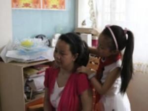 Bé gái 4 năm chăm sóc mẹ mất trí nhớ: Trước mẹ dạy cháu, giờ đến lượt cháu dạy mẹ