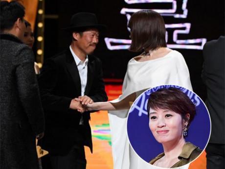 """Ấn tượng nhất Rồng xanh: """"Chị đại"""" Kim Hye Soo ôm tình cũ xấu trai sau 7 năm chia tay"""