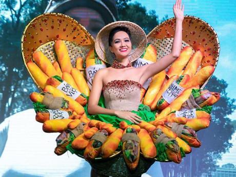 """""""Bánh mì"""" của H' Hen Niê mới ra lò: Trong nước chê xấu xí, quốc tế khen táo bạo"""