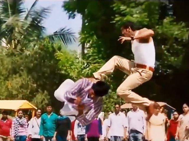 Có kỹ xảo nước nào lố vượt mặt phim Ấn Độ: Dùng quả chuối... cắt đứt cổ người?